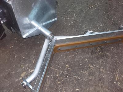 Een enkele goedwerkende V-schuif op de elektrische mestschuif, maakt een dubbele overbodig.
